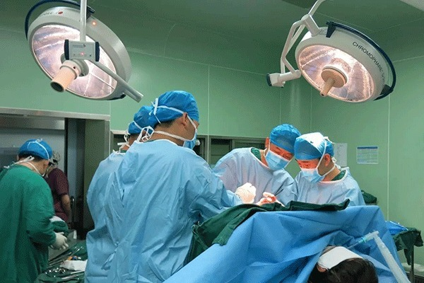 6 月 8 日上午 11 点,由贵州盘江总医院副院长张勤带领的骨科医师团队与省里知名专家,共同为来自盘县大山镇的患有先天性双髋关节脱位的谢大娘成功实施了双侧微创前路髋关节置换术。  该手术为国内先进术式,难度大,较复杂,手术持续了三个小时,该手术的成功实施将让从小就被双髋脱位、疼痛,走路困难的谢大娘摆脱 50 多年的疾病困扰。 谢大娘现年 53 岁,自幼患有先天双侧髋关节脱位的她,平时必须在拐棍的支撑下才能行走,且活动步伐小,稍不注意就会因关节错位而疼痛不已,甚至无法行走,日常生活无法自理。饱受病痛折磨了