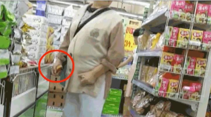 一个在超市「偷吃」的老太太