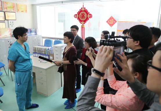 1.梁贵友院长在手术室作术前调度及介绍移植情况.jpg