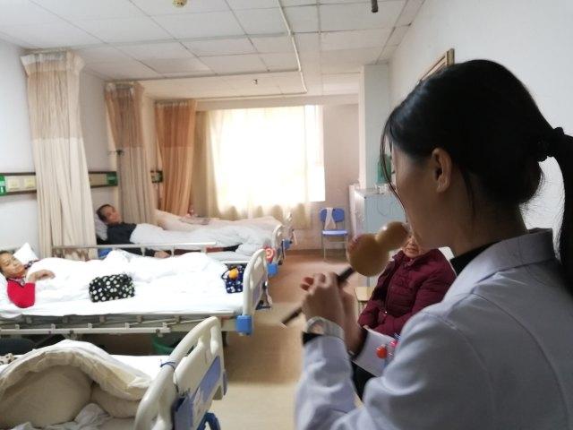 暖心!这家医院演奏音乐抚慰患者…..