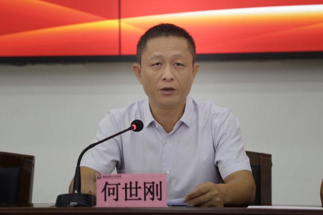 三亚市政府副市长何世刚代表三亚市政府表示祝贺.jpg