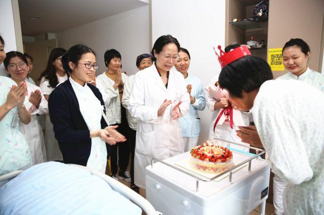 病房里的生日 party