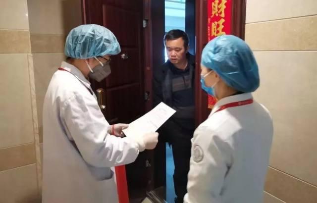 宽仁战疫|医护人员坚守一线,他们将备用口罩送给老人