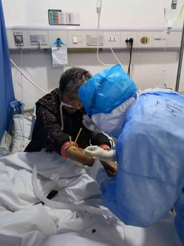 丽水市中心医院:前方传来好消息:又一批武汉患者健康出院啦!