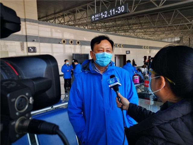 齊曉勇教授在機場接受采訪.jpg