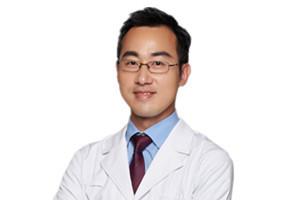 Dr. John ZHAO in white coat 赵达强 医生.jpg