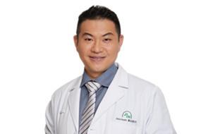 Dr. Eric XU in white coat 许致毓 医生.jpg