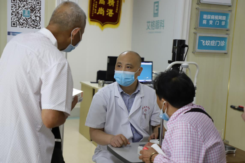 村干部和汉阳艾格眼科医院联手援助 74 岁贫困老人的视力健康