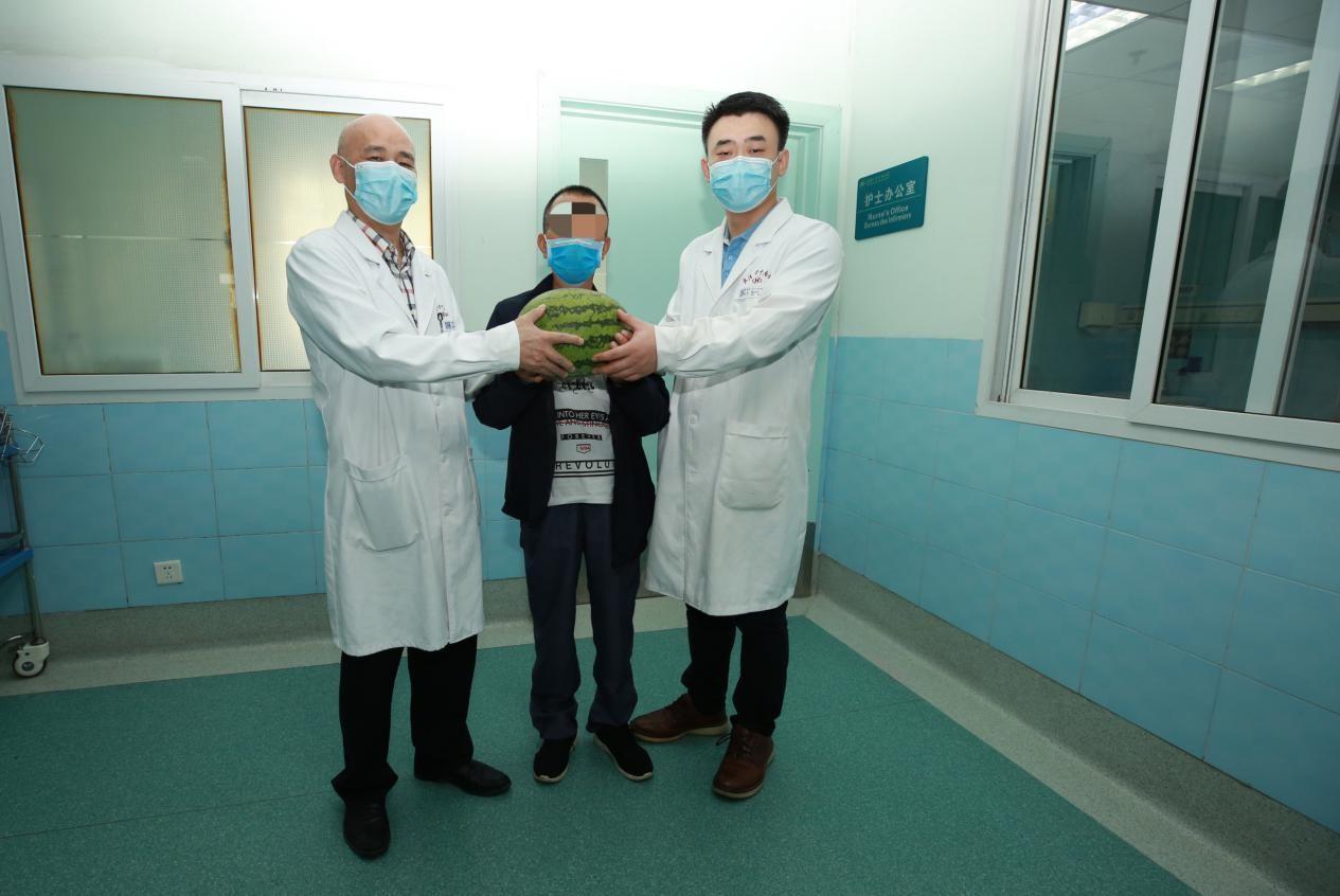 心肺移植后健康生活 3 年,麻城患者送自种西瓜向医生致谢