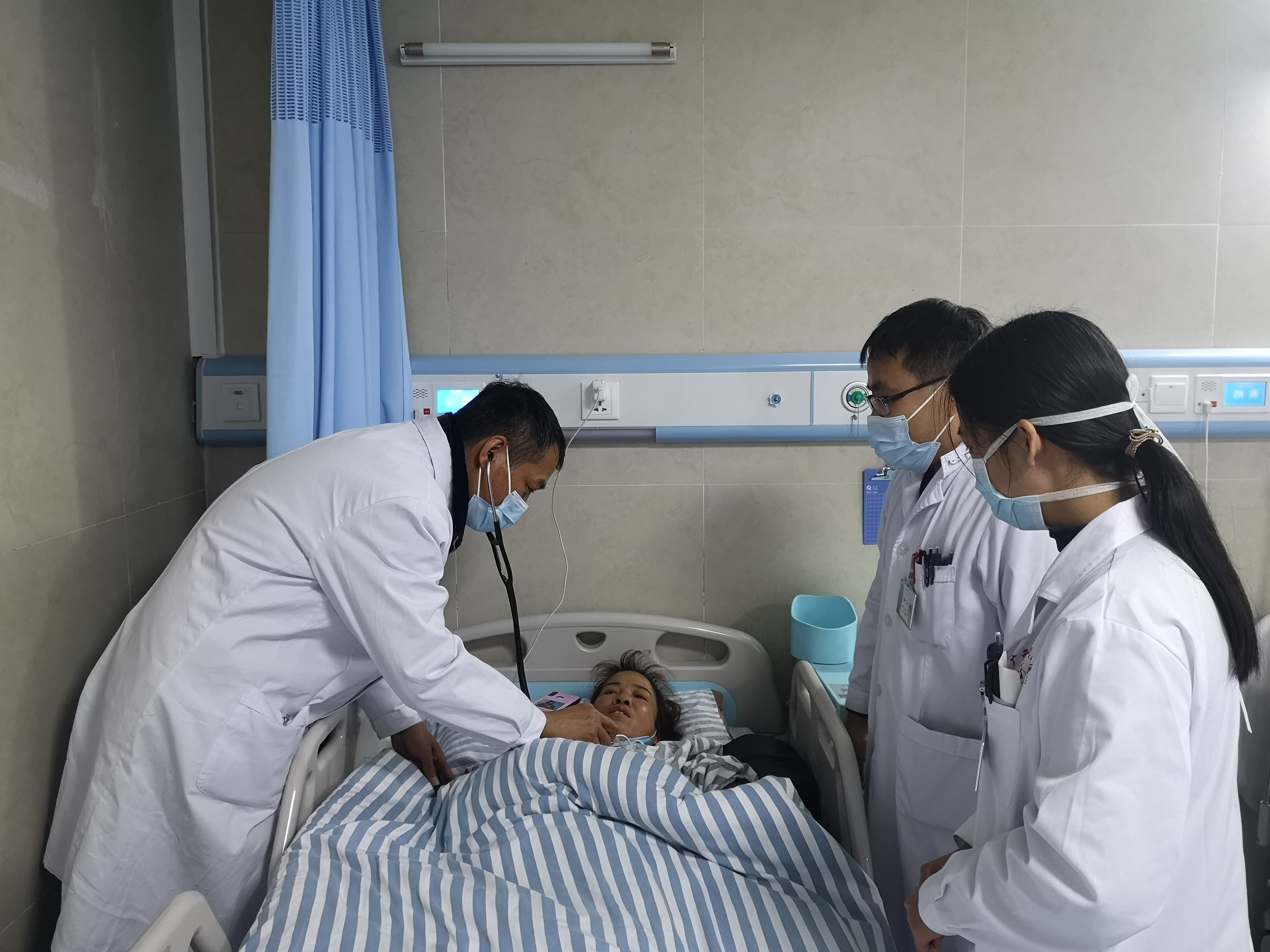 广西壮族自治区南溪山医院:扶贫慰问到家,医生帮扶入「心」