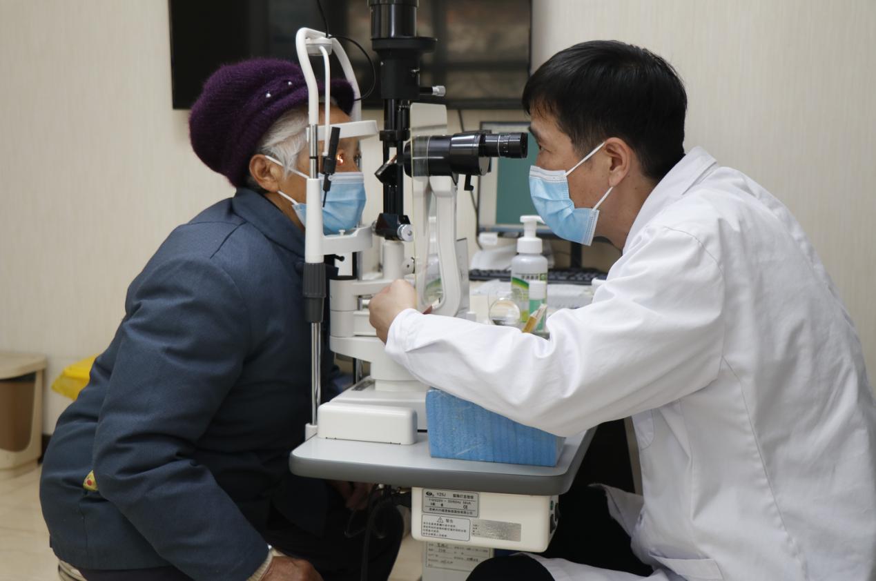 年近八旬老人患白内障,辗转百里只为找自己信赖的医生