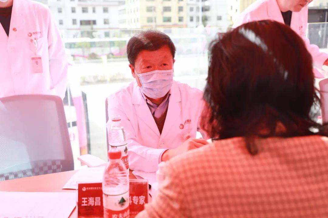 佑护健康,我们在路上——西安国际医学中心医院专家齐聚商洛义诊送健康
