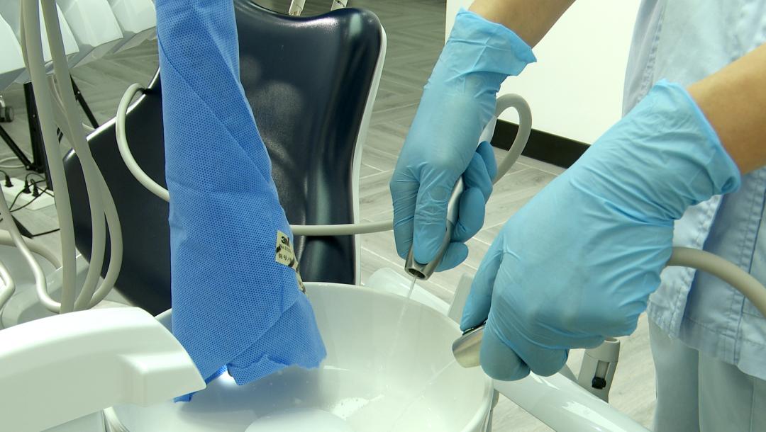 看牙过程中喷进你嘴里的水是干净的吗?