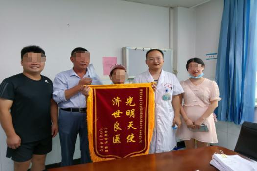 郴州市第一人民医院神外一区靳世辉医师获赠「光明天使、济世良医」锦旗