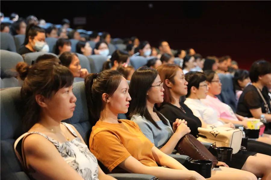 坚守医者初心 不负白衣使命——柳州市红十字会医院工会组织职工观看电影《中国医生》