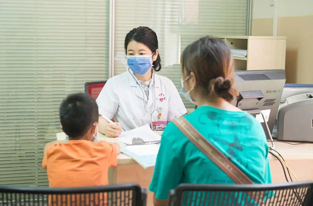 """广西妇幼保健院: 他们守在""""生门""""前后,将""""跑偏""""的生命拉回正轨"""