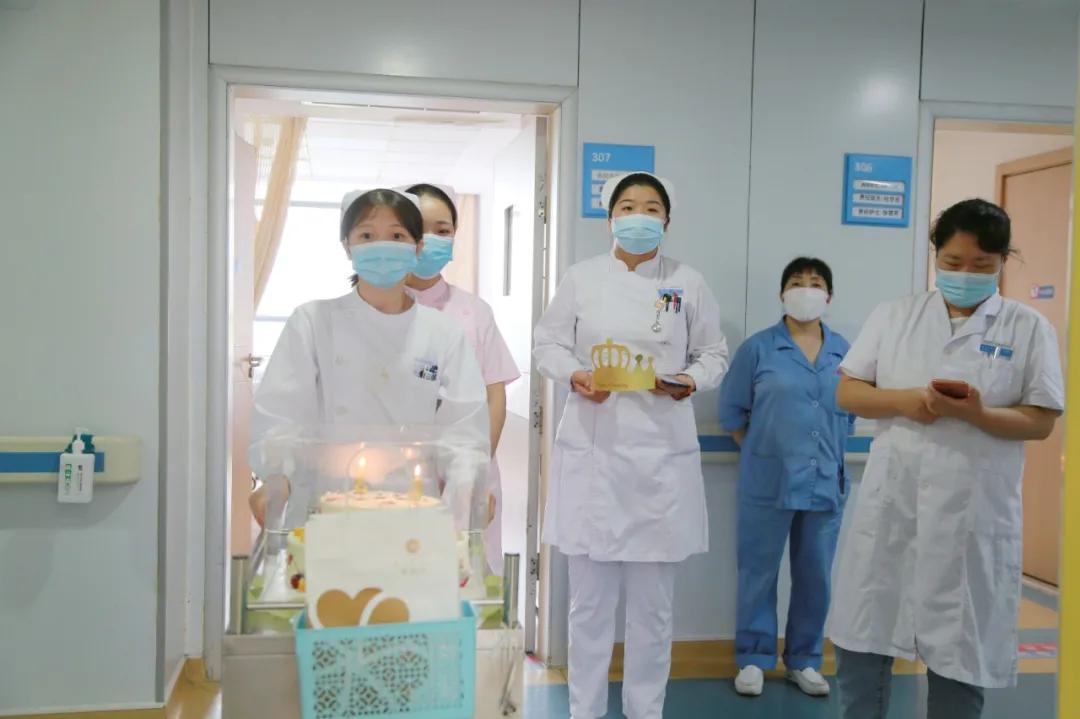 病房里的温暖——内科医护为八旬老人过生日