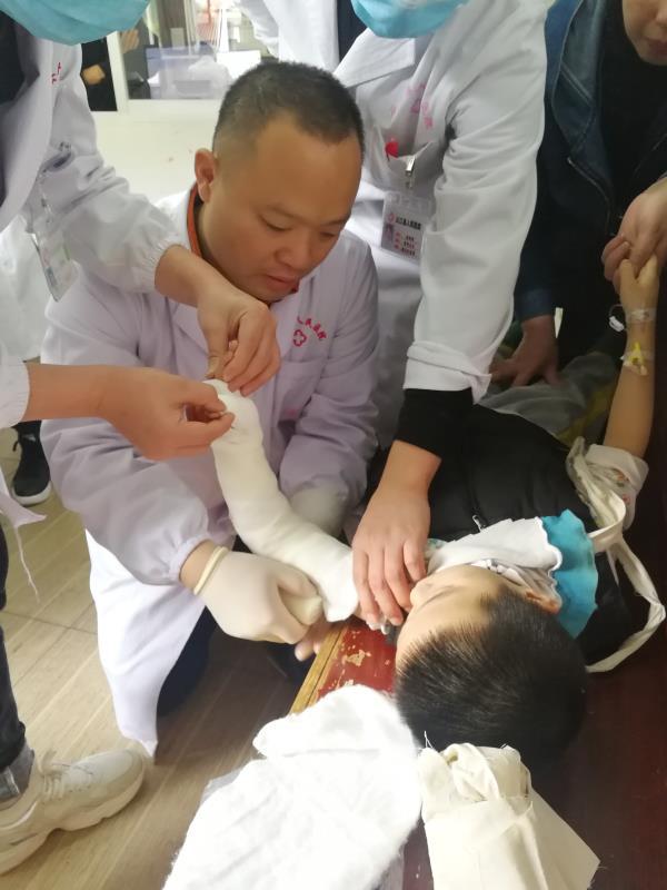 在贵州从江,这位萧山来的骨科专家成了「香饽饽」