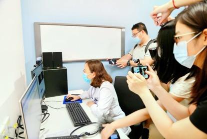 中宣部「走向我们的小康生活」大型主题采访活动走进合肥京东方医院