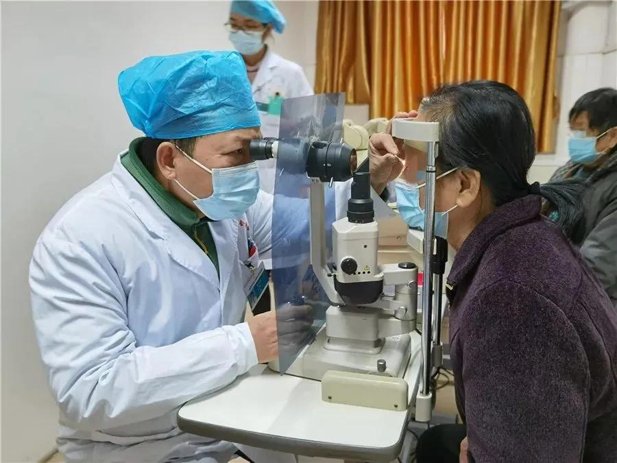 组团手术治眼疾,以新视界迎新一年