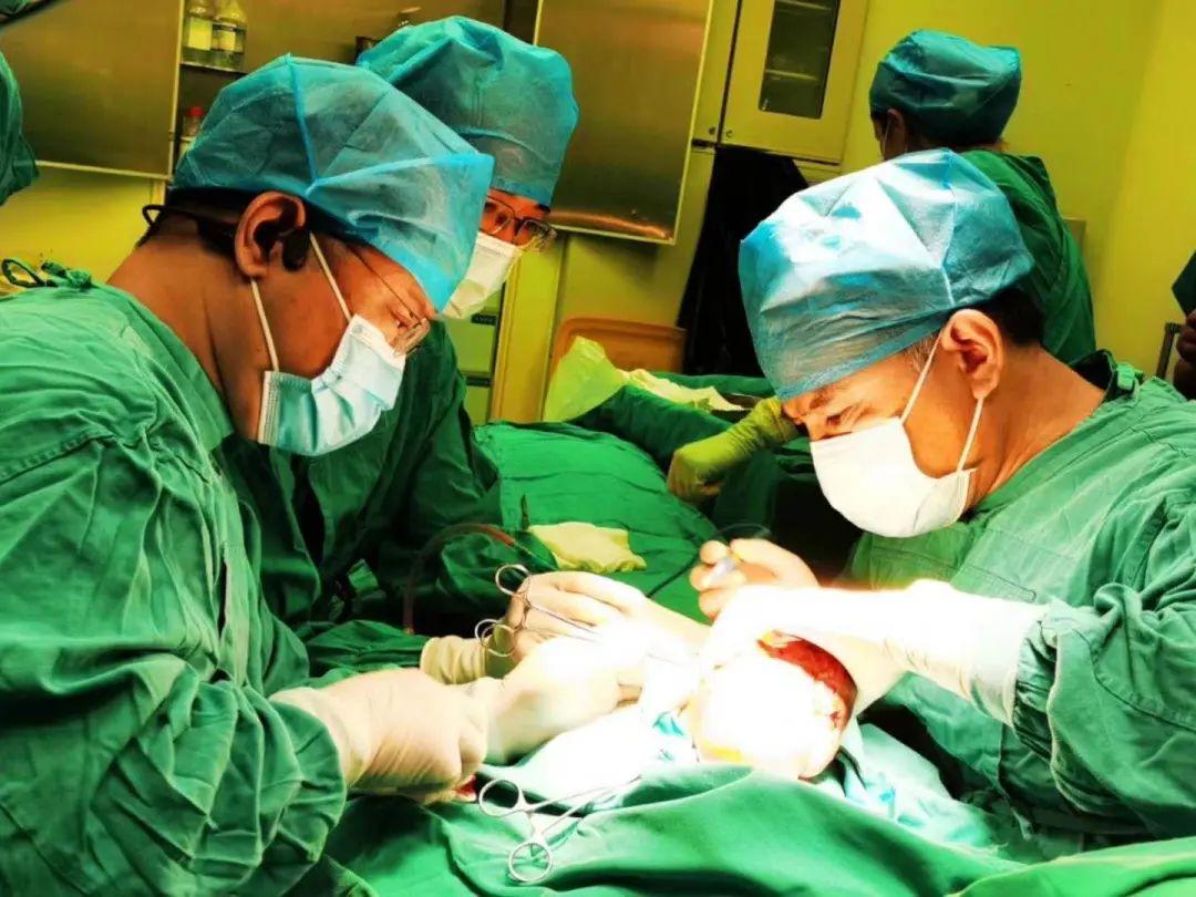 河南省人民医院多学科团队密切配合骶尾部巨大畸胎瘤完整切除手术