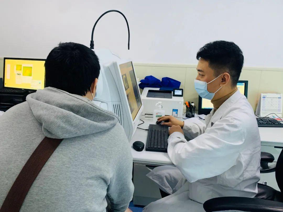 大学生轻信网络险误诊,济南市第二人民医院接力送光明
