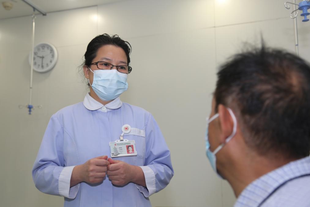 武汉亚洲心脏病医院护士长当起阿尔茨海默症老人的「临时女儿」