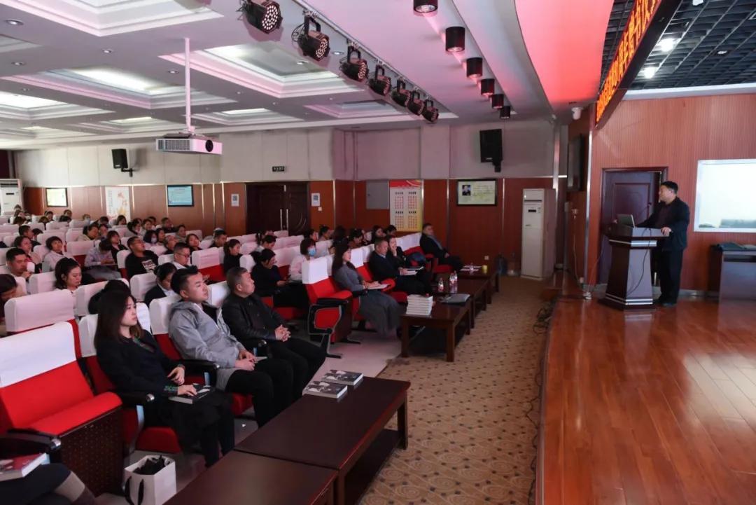 延安大学附属医院举行赠书仪式暨全院通讯员培训会