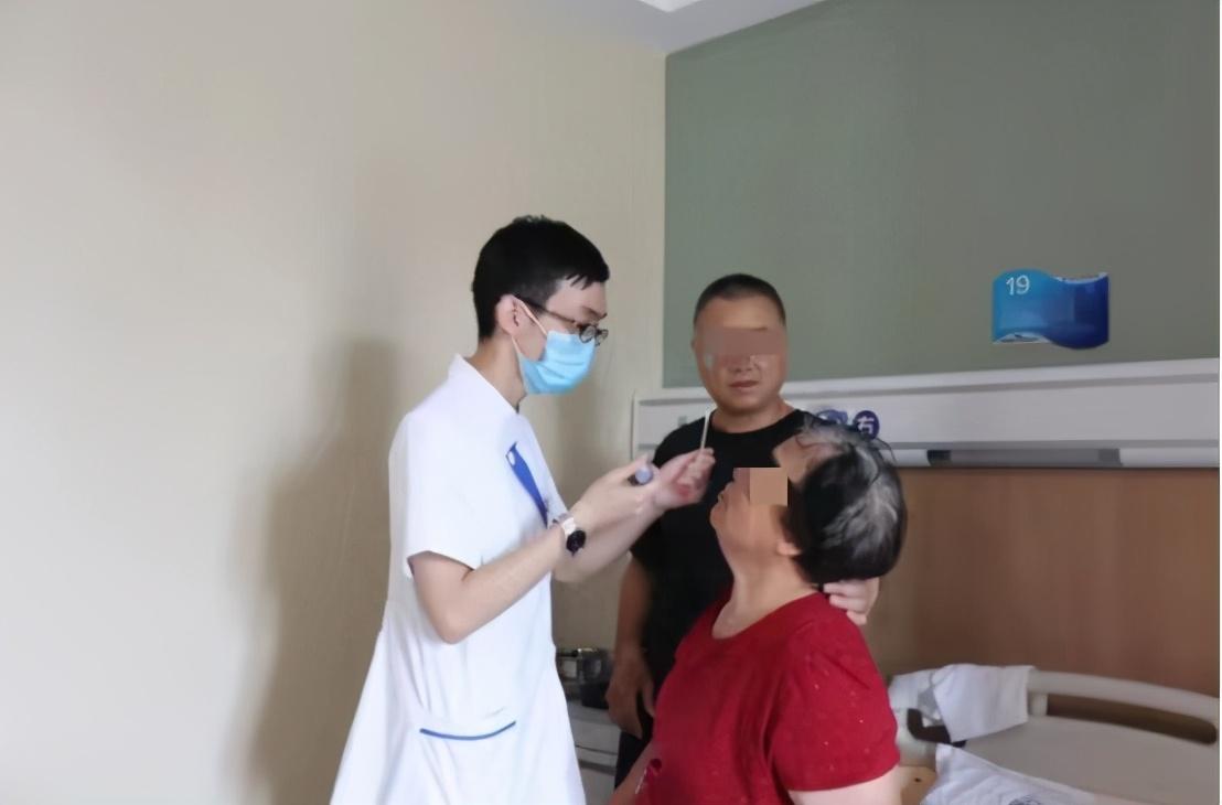 68 岁高度近视阿姨视力持续下降误以为近视加深,没想到竟是...