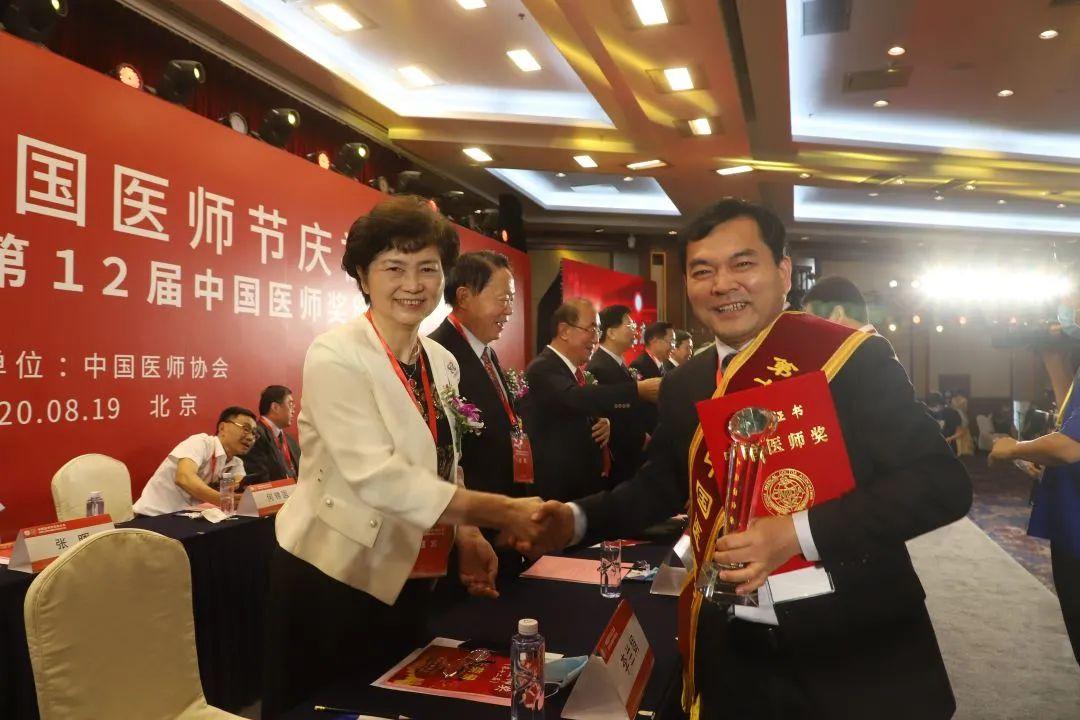 河南省人民医院脊柱脊髓外科主任高延征的医者仁心引媒体关注!