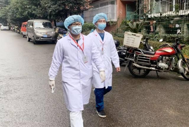 宽仁战疫 医护人员坚守一线,他们将备用口罩送给老人