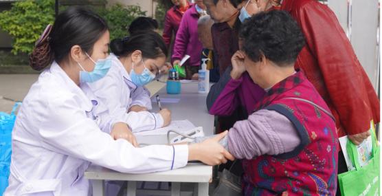 """成都颐和医院义诊进社区,让居民与健康""""0""""距离"""