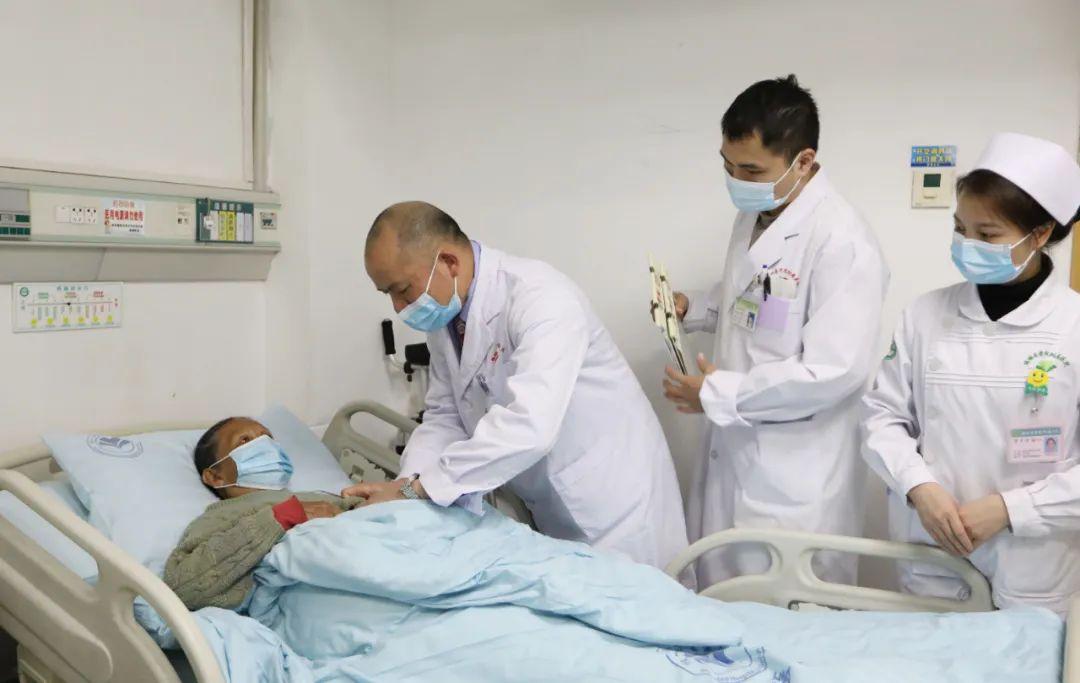 这例高难度、高风险手术,在两个 1 厘米小切口内完成