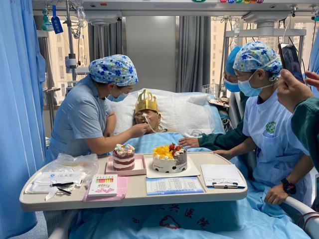 暖心 !82 岁老人在大兴重症监护室里的过生日