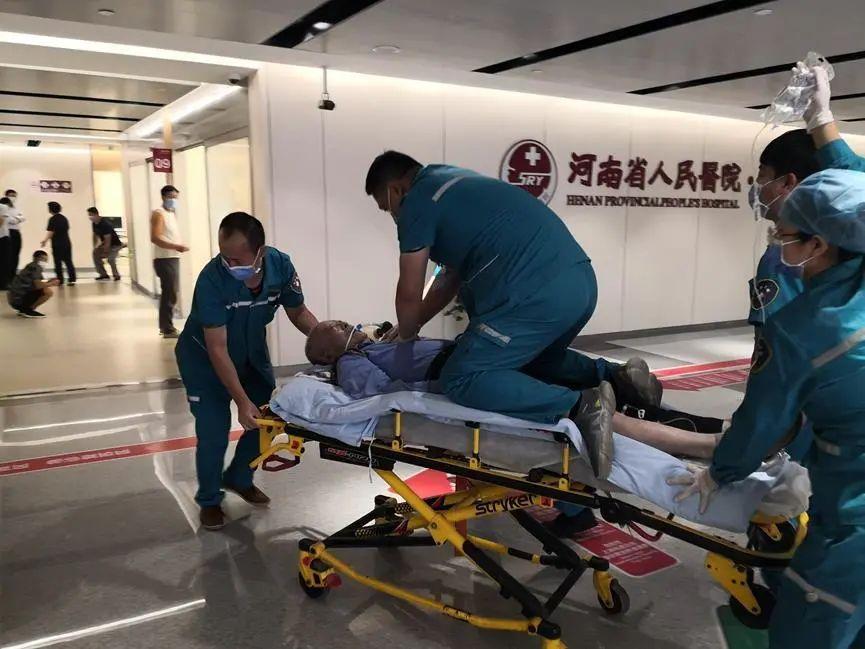 一天 239 个病人、警车紧急开道、深夜抢救…… 他们的假期太不一样