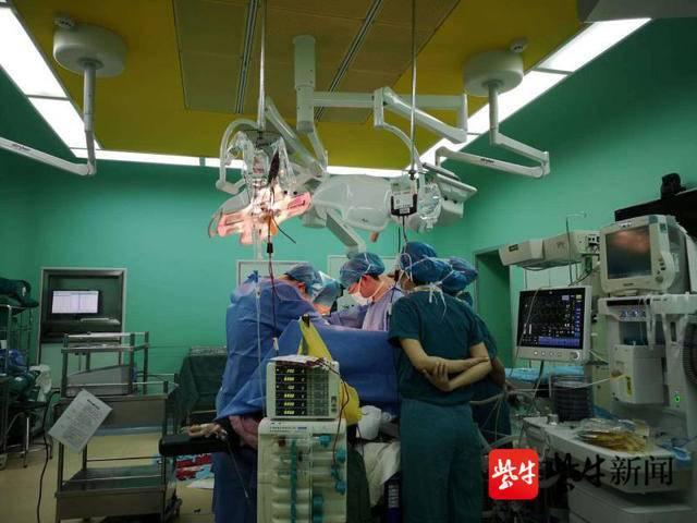 准妈妈突然子宫破裂有 5 厘米伤口,全身换血一次半,医生 4 小时救回母子俩