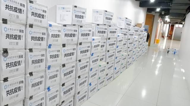 全景医学影像向东方肝胆外科医院首批捐赠 50000 只医用手套