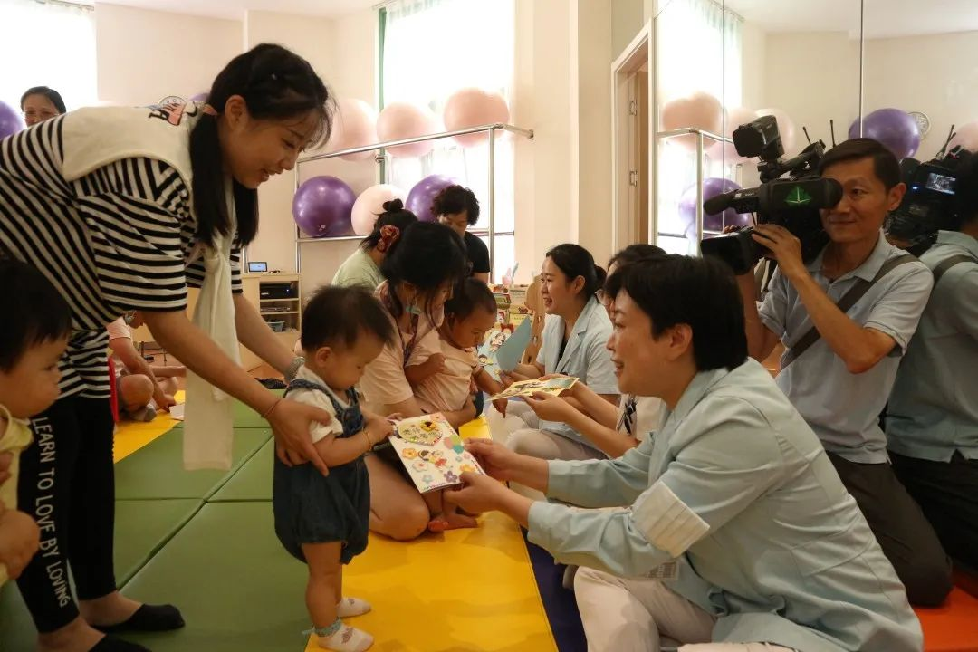 上海市长宁区妇幼保健院:最小毕业班 一岁小宝也尊师