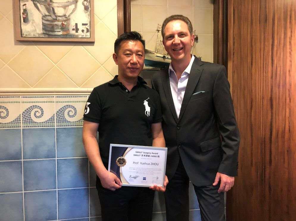 近视手术专家周跃华、李莹荣获全球SMILE手术质量管理贡献奖和手术卓越成就奖