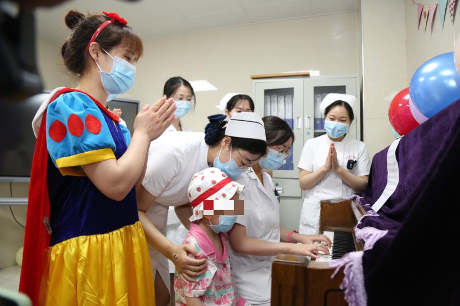 武汉大学中南医院为留守淋巴瘤患儿欢度六一