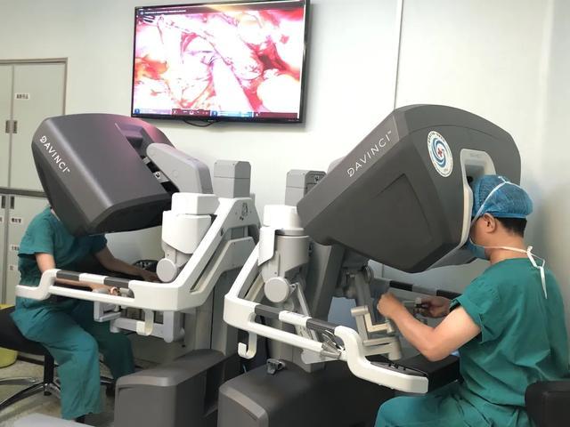 华南区首例 Xi 单孔机器人全子宫切除术顺利完成