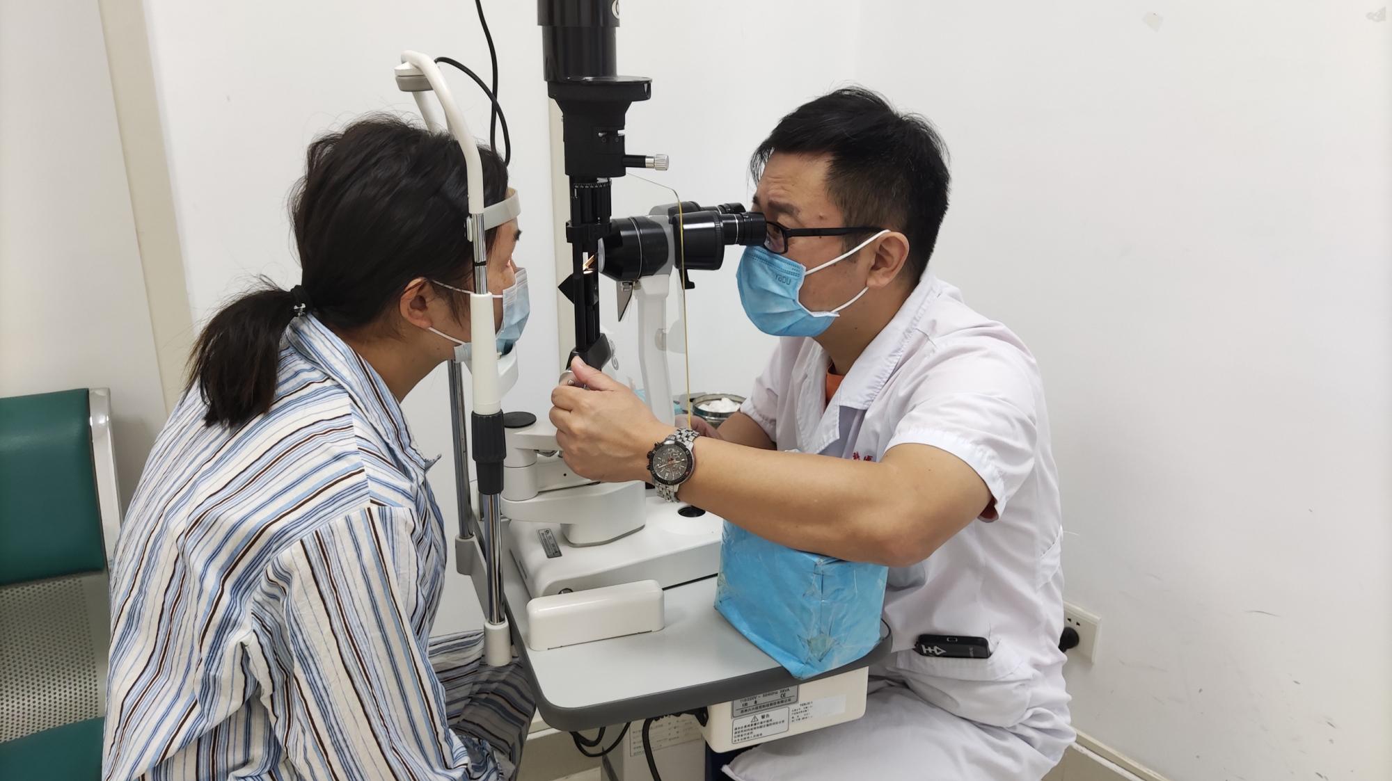 武汉艾格眼科医院成功施行第 9 例人工玻璃体球囊植入术