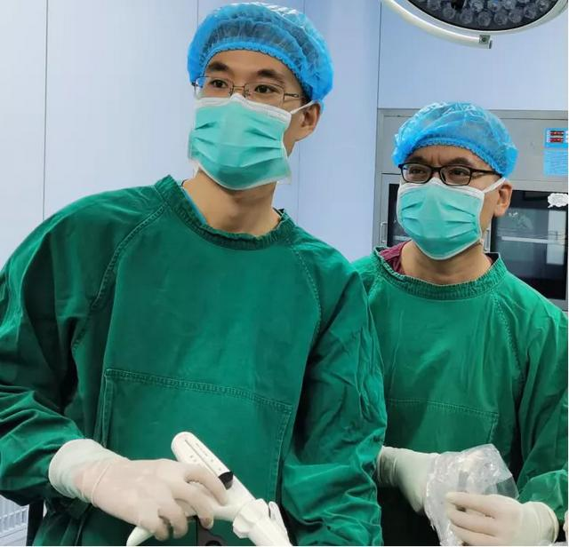 夹缝中「舞刀」 单孔胸腔镜下切除肺大泡