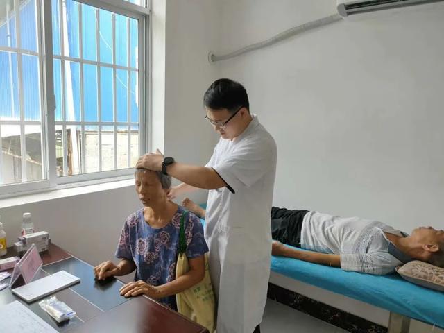 健康扶贫济民生  开展「轮值村医」活动