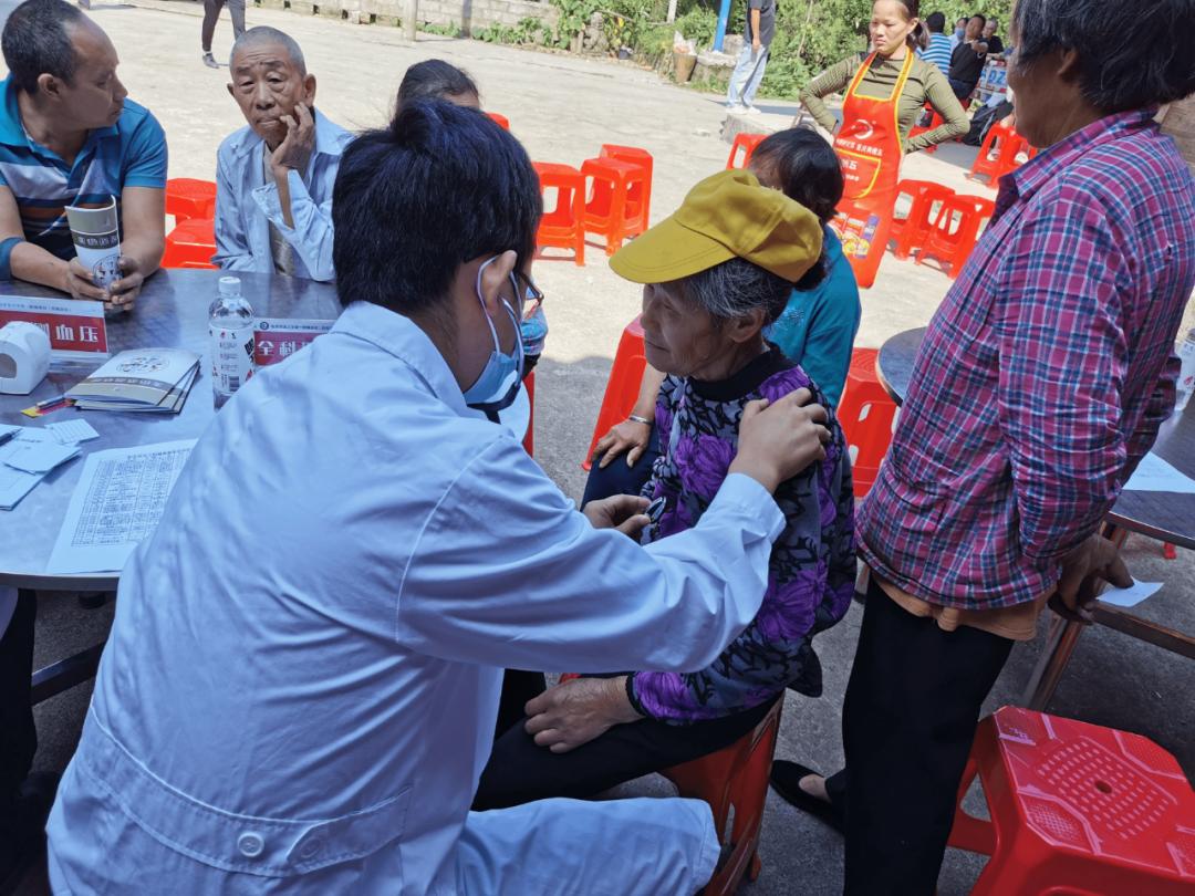 重庆西南医院开展北斗村健康服务活动并探望慰问驻村干部