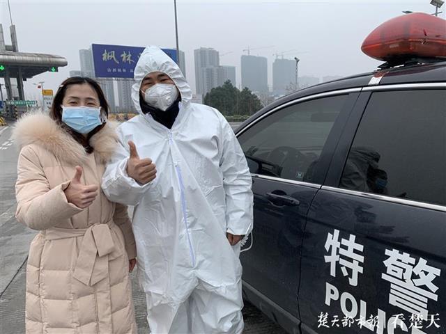 武汉大学中南医院护士2 次上高速未果,警车护送「逆行天使」提前返汉