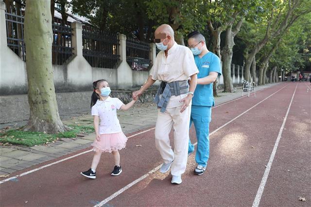 外公脑出血致偏瘫,5 岁外孙女做「康复师」助他重新行走