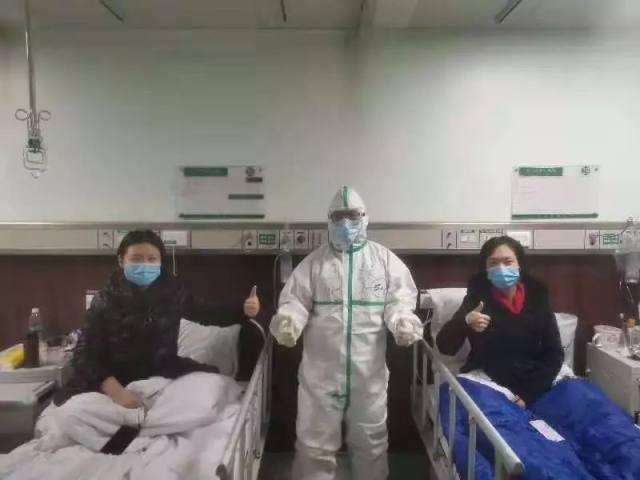 在武汉,他为进入隔离病区的每一位「战士」 做好防护