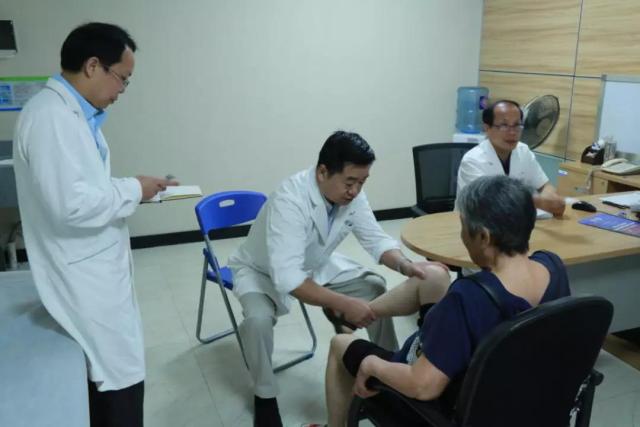 骨卫士专家委员会名誉主席裴福兴教授出席中山广济医院二十年院庆暨与骨卫士合作揭牌仪式