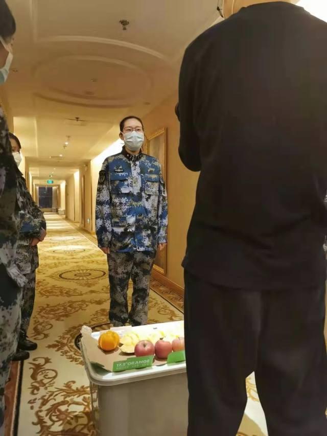 上海东方肝胆外科医院:抗疫前线|四名医疗女队员楼道里过集体生日,戴着口罩许下打赢归来的心愿